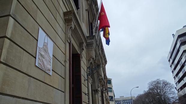 Delantal colgado en la fachada del Parlamento de Navarra