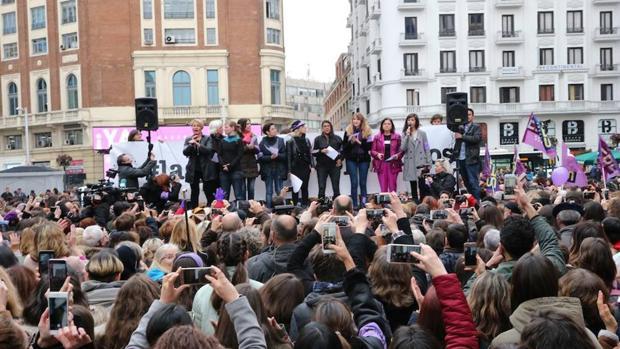Lectura del manifiesto feminista de las periodistas en la Plaza del Callao de Madrid