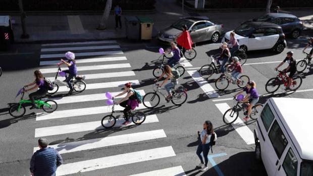 Un grupo de mujeres en bicicleta en manifestación por las calles de Las Palmas de Gran Canaria con motivo del Día de la Mujer