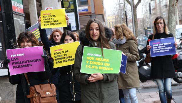 Un grupo de mujeres lleva pancartas reclamando sus derechos