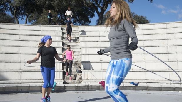 Un grupo de mujeres hace deporte, como ayuda para frenar los efectos de la menopausia