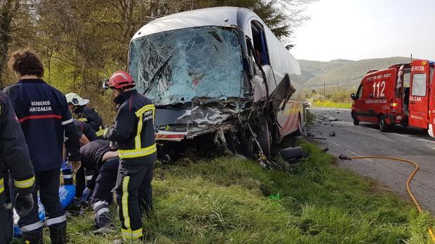 Un muerto tras chocar un vehículo con un autobús