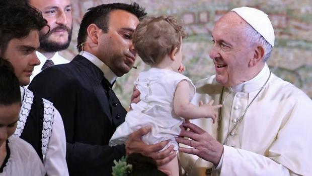 El Papa saluda a un bebé durante su visita a Nomadelfia