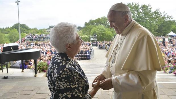 El Papa ha obsequiado con un rosario a Maria Voce, presidenta de los Focolares