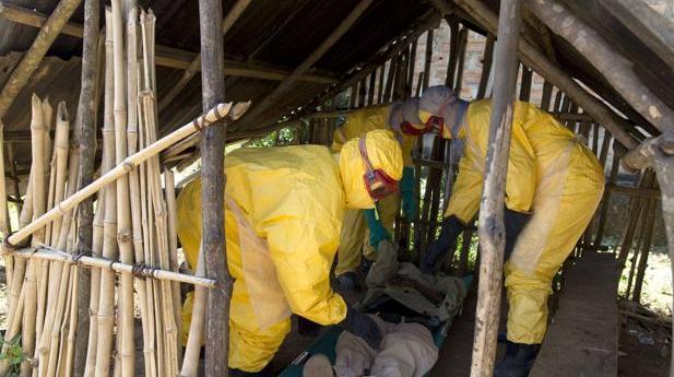 Personal de Cruz Roja trabajan con un enfermo de ébola en África