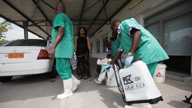 Un trabajador desinfecta a otro durante el brote de ébola de 2014