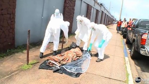 Personal sanitario atiende a un enfermo de ébola