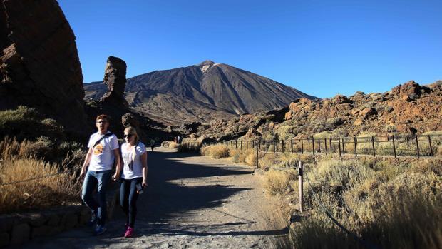 Varios turistas pasean por uno de los senderos del Parque Nacional de El Teide