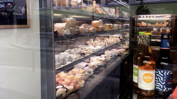 Vista de un mostrador de una quesería de París
