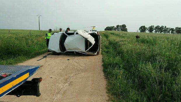 Estado en el que quedó el vehículo siniestrado en una curva situada a tres kilómetros de Villar del Rey