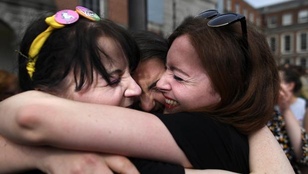Varias mujeres celebran el resultado del referéndum en Dublín