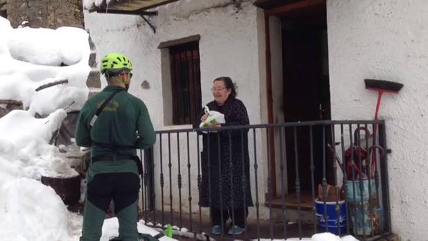 El servicio de rescate de la Guardia Civil accedió a la aldea esquiando cinco kilómetros EL COMERCIO