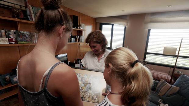 Anna Gasch con dos de sus hijas en su casa de Barcelona