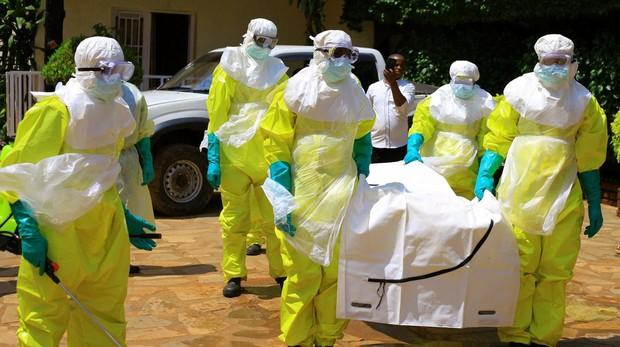 Oficiales del servicio de salud de RDC visten trajes de protección en un simulacro de actuación contra el ébola