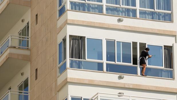 Muere un turista alemán tras precipitarse al vacío desde la planta 12 de un hotel de la Playa de Palma