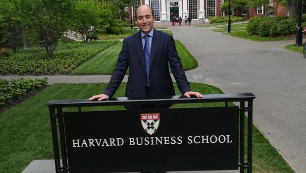 El profesor Fernández-Crehuet, en una estancia reciente en Harvard