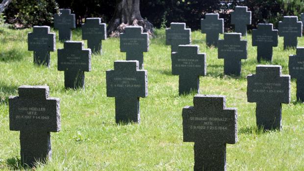 Las cruces de piedra perfectamente colocadas del cementerio militar alemán, situado en Cáceres