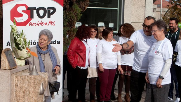 Representantes de la asociación Stop Accidentes han hecho una ofrenda floral ante el monumento erigido en honor de las víctimas de accidente en ciudades como Vigo (Pontevedra)