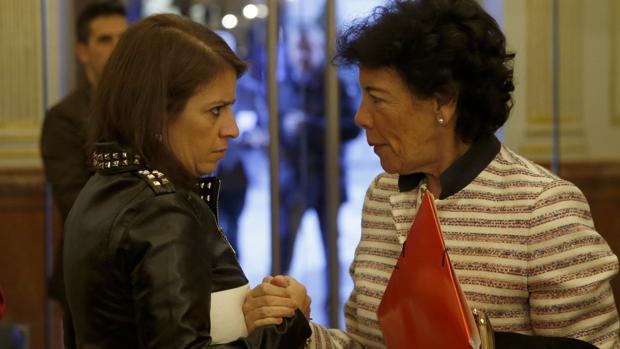 La portavoz del PSOE en el Congreso, Adriana Lastra,, conversa con la ministra portavoz del Gobierno, Isabel Celaá, en el Congreso tras anunciar el fin de la «ley Wert»