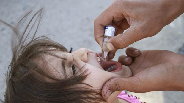 Una niña recibe la vacuna para la polio