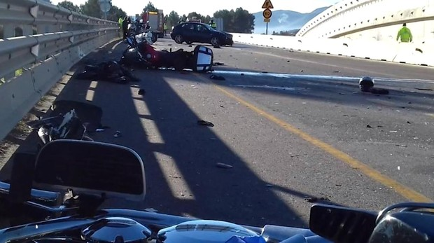 Carretera N II en Vilademuls, tras UN accidente, donde dos motoristas fueron arrollados por una conductora de 22 años ebria