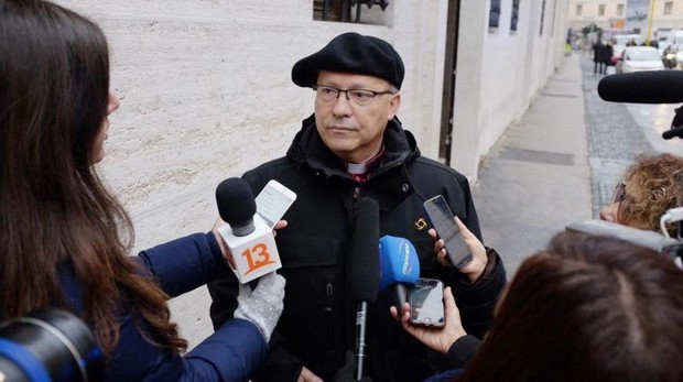 El administrador apostólico de Rancagua, Luis Fernando Ramos Pérez, realiza declaraciones a la prensa en el Vaticano