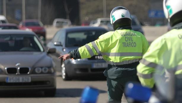 La Guardia Civil de Tráfico realizando una campaña sobre el uso del móvil mientras se conduce