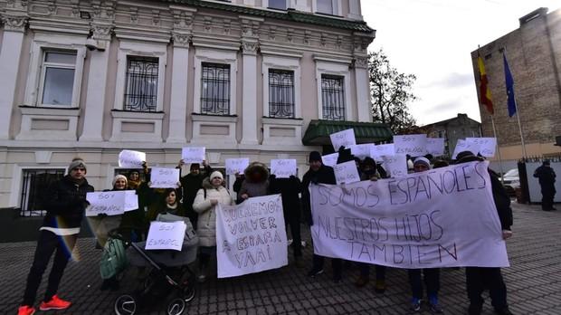 Reciente protesta de los padres frente a la embajada de Kiev