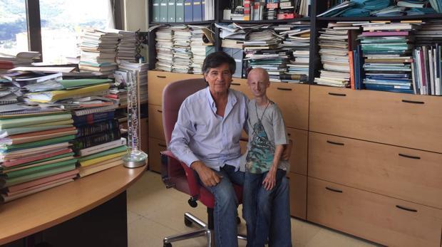 El joven biólogo Sammy Basso con el científico español Carlos López-Otín en la Universidad de Oviedo
