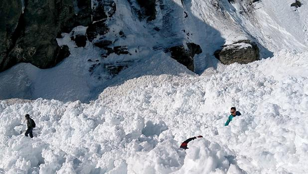 Equipos de rescate. tras la avalancha en Suiza
