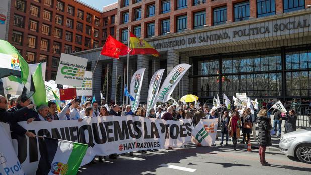 Médicos de toda España se concentran ante el Ministerio de Sanidad por la dignidad de la profesión