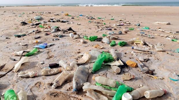Una vista de botellas de plástico en la costa del pueblo pesquero de Yenne Todd, Senegal