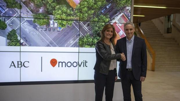 Yovav Meydad, CMO de Moovit, con la directora general de ABC Ana Delgado Madrid