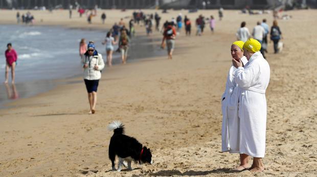 Donostiarras y visitantes disfrutan de un sábado soleado en la playa de la Concha de San Sebastián