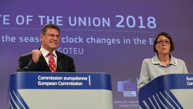 El vicepresidente de la Comisión Europea, Maros Sefcovic, y la comisaria europea de Transportes, Violeta Bulc, en septiembre de 2018 anunciando la necesidad de cambiar el horario