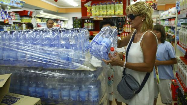 El Parlamento europeo quiere reducir el consumo de agua embotellada y así luchar contra el uso del plástico