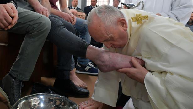 El Papa lava los pies a doce presos en una cárcel fuera de Roma
