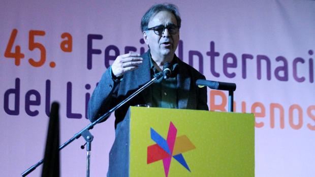 Barcelona es la invitada de honor de la feria. El comisionado de Cultura del Ayuntamiento de Barcelona, Joan Subirats, habla durante la apertura oficial de la 45 Feria Internacional del Libro de Buenos Aires