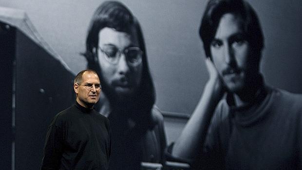 Fotografía de archivo del 10 de enero de 2006, que muestra al fundador de Apple, Steve Jobs, presentando una diapositiva de él y Steve Wozniak