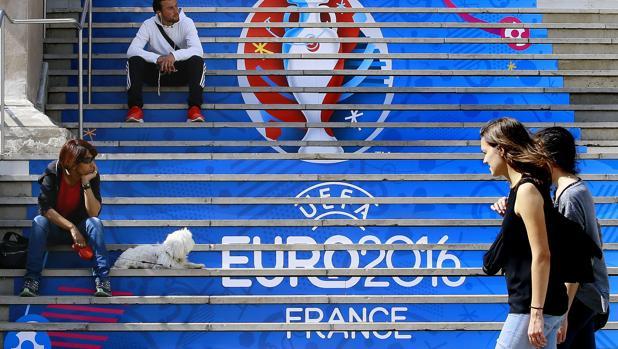 Escaleras decoradas con el logo de la Eurocopa 2016