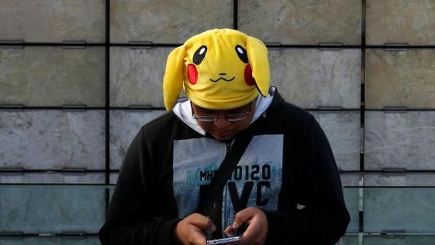 Un hombre caracterizado de Pokémon en una ciudad de México