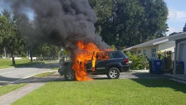 Imagen compartida por Nathan Dornacher de su coche incendiado a casua del sobrecalentamiento de su móvil