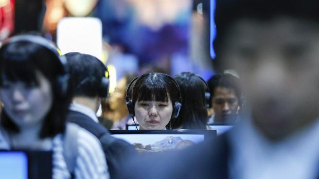 Varios visitantes prueban diferentes videojuegos durante el Tokyo Game show en Makuhari Messe