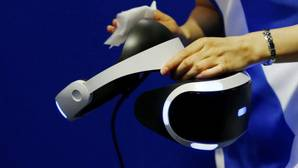 Varios visitantes prueban un juego de realidad virtual de Sony PlayStation VR durante el Tokyo Game show