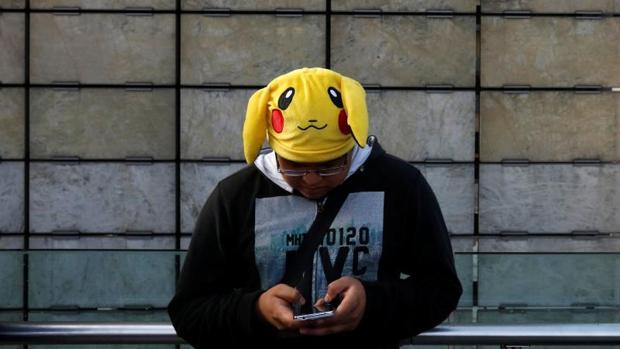 Un usuario de Pokemon Go juega a la aplicación con un gorro de «Pikachu»