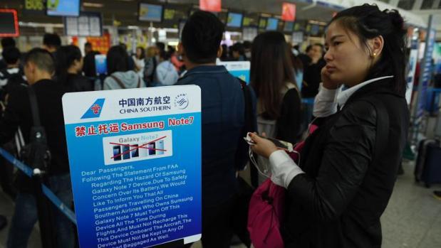 Cartel de advertencia sobre la prohibición de acceder al avión con smartphones Samsung Galaxy Note 7