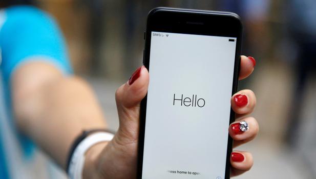 Una persona muestra un iPhone 7