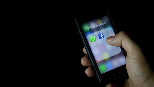 Una persona accede a su móvil para consultar WhatsApp y Facebook