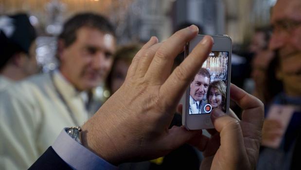 Un hombre fotografía con un móvil al actor Antonio Banderas