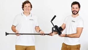 Un joven español inventa unas muletas que no duelen al utilizarlas